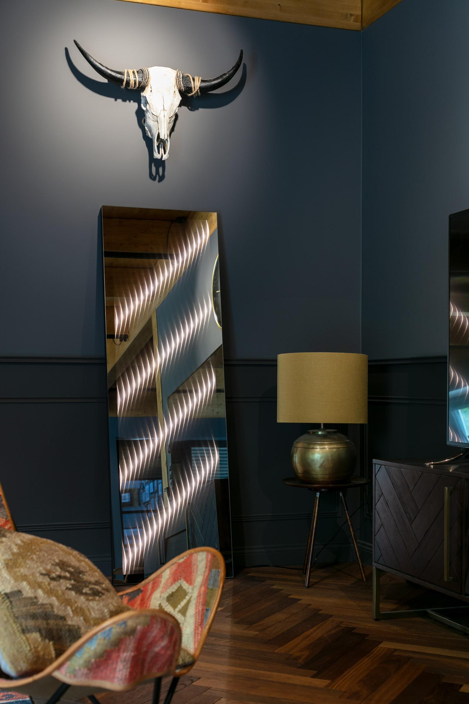 Ambiloom® Mirror 1700 ist ein klassischer Ganzkörperspiegel mit integrierter Beleuchtung. Das Licht verleiht jedem Raum mehr Tiefe und Wohlfühlcharakter.
