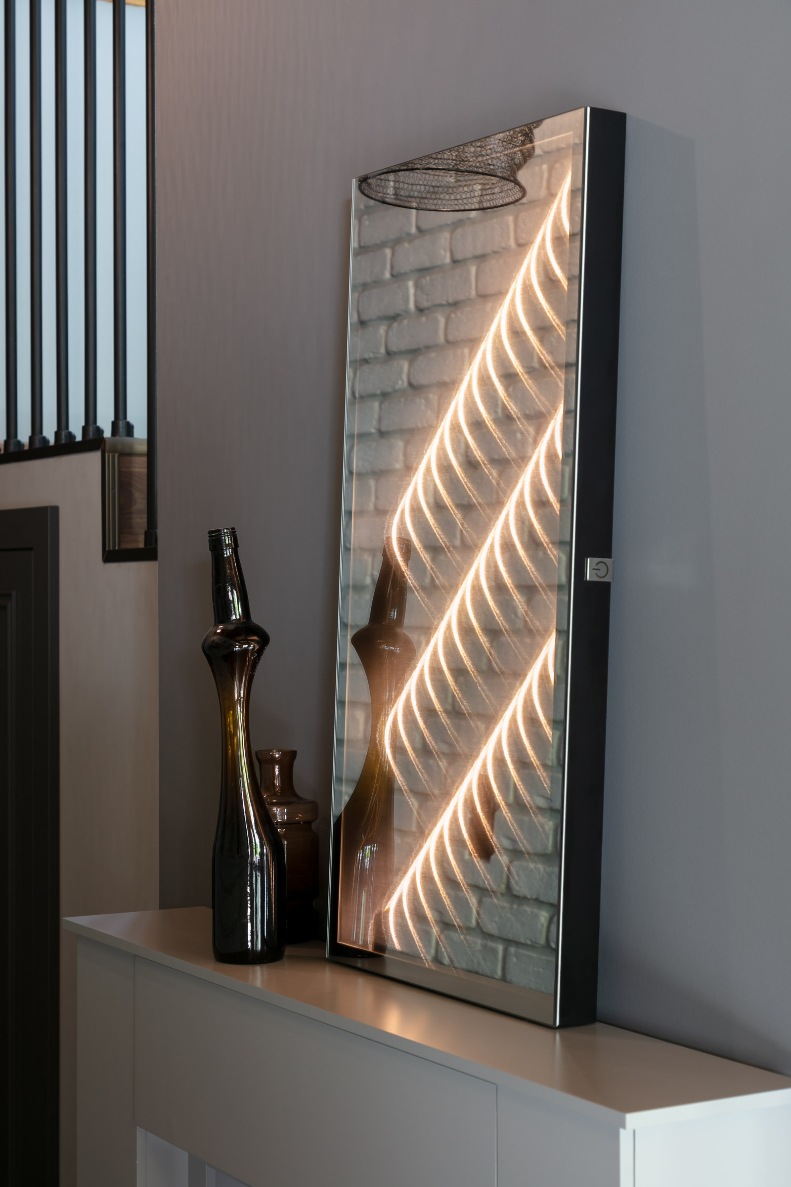 Ambiloom® Mirror 800 ist ein moderner Wandspiegel mit ambienter Beleuchtung. Das integrierte Licht schafft Tiefe und Wohlfühlatmosphäre.
