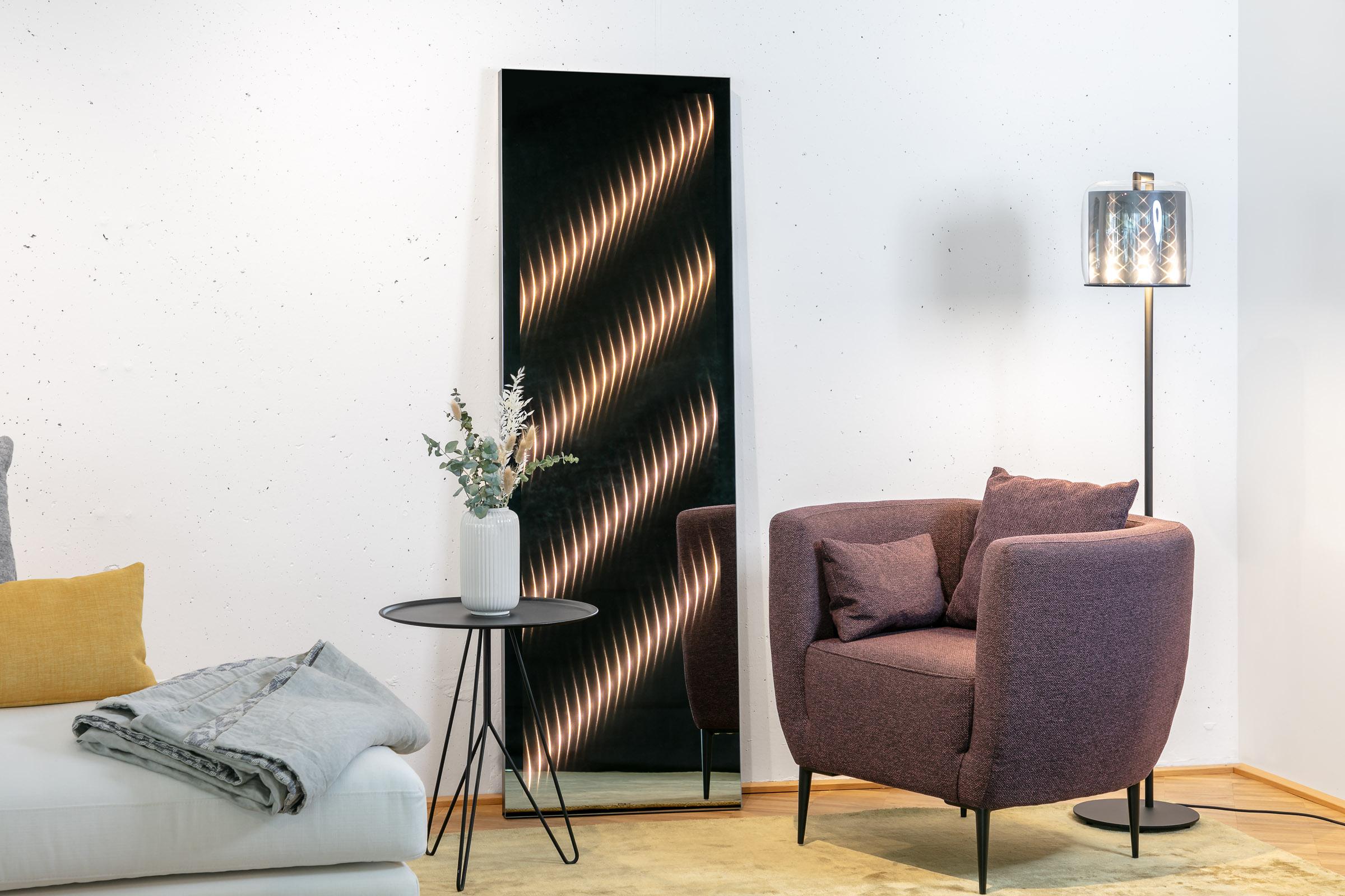 Der Ambiloom® Ganzkörperspiegel angelehnt an weißer Betonwand