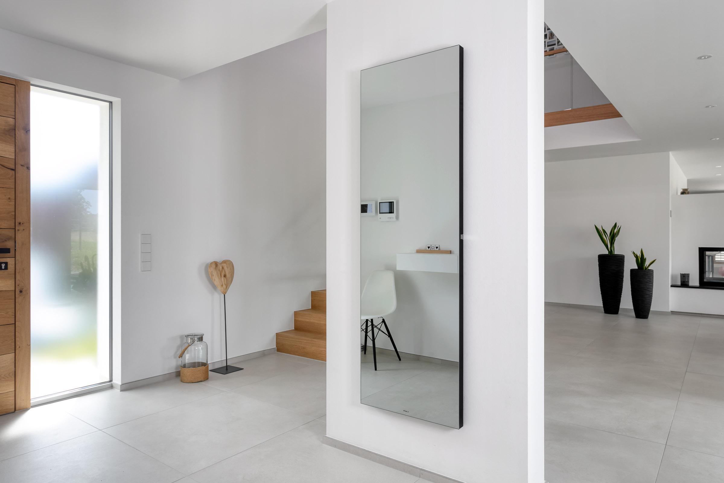 Ambiloom® Mirror 1700 ist ein moderner Ganzkörperspiegel mit ambienter Beleuchtung.